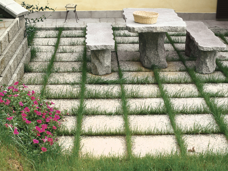 Come posare le piastrelle da giardino su sabbia guida - Pavimentazione cortile esterno ...