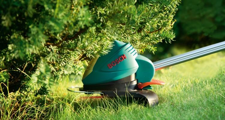 Tagliare i bordi del prato serve a dare risalto ad aiuole for Bordi per giardino