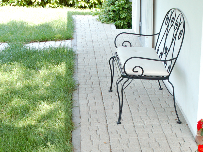 Come posare le piastrelle da giardino su sabbia guida passo passo
