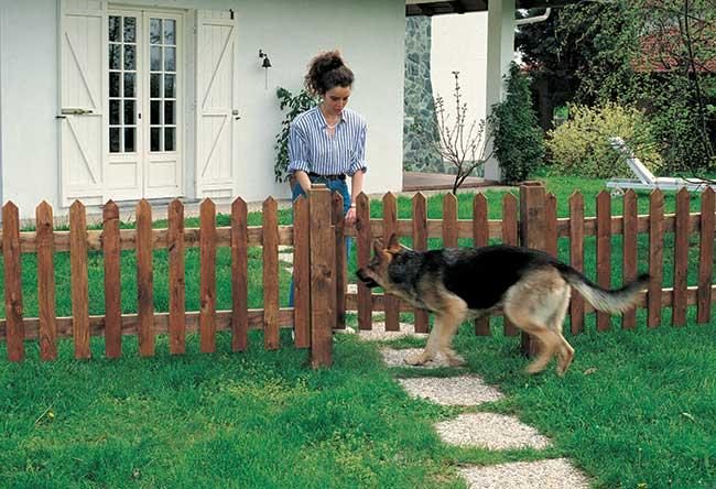 Staccionata fai da te in legno tutti i passaggi illustrati for Cancelli di legno per giardino