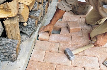 Pavimentazione con masselli autobloccanti fai da te in - Pavimentazione giardino senza cemento ...
