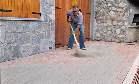 Pavimentazione con masselli autobloccanti fai da te in - Stuccare fughe pavimento esterno ...