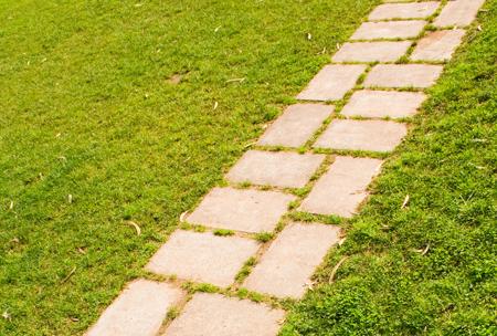 Vialetto giardino forme e disposizioni - Pietre camminamento giardino ...