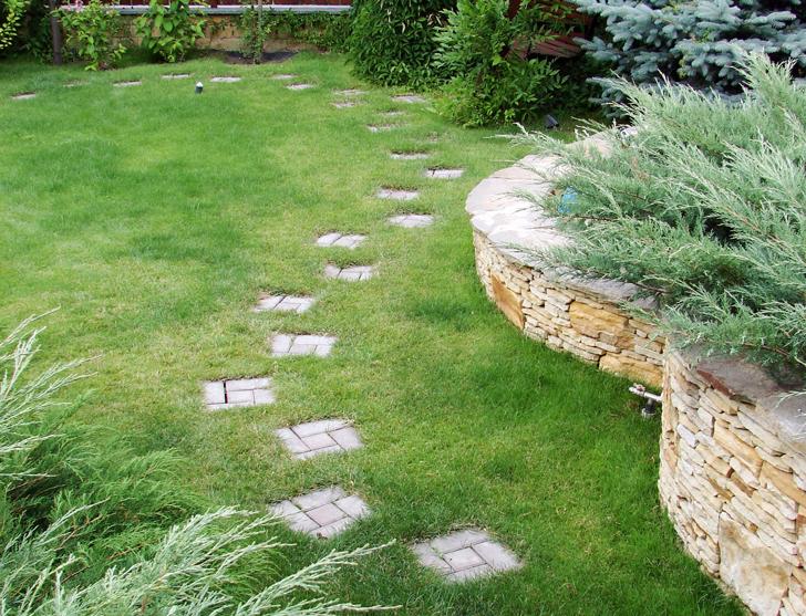 Vialetti in giardino forme e disposizioni fai da te in for Irrigazione prato fai da te