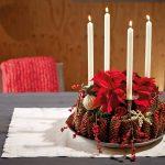 Centrotavola pigne, candele e Stella di Natale